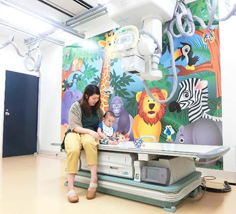 かわいい動物の壁紙を貼り付け、子供が安心して検査を受けられる撮影室